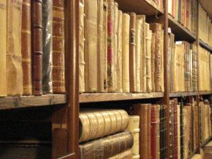 L'archivio storico di Società Libera - l'immagine rappresenta dei libri antichi in una libreria