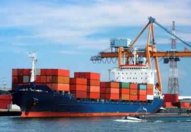 Nave porta container in un porto