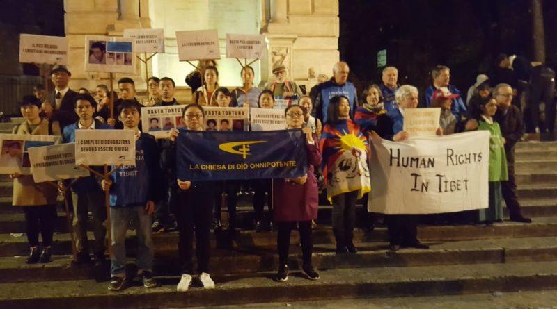 Un momento del flash mob organizzato da Società Libera in occasione della visita del Presidente cinese in Italia il 22 marzo 2019