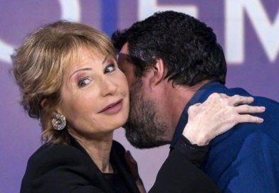 Primo piano di Lilly Gruber che abbraccia Matteo Salvini