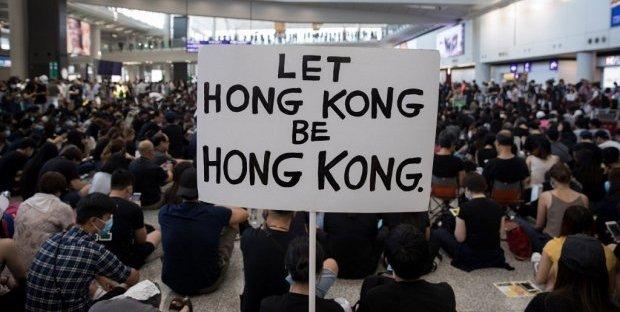 Un cartello esposto dai manifestanti ad Hong Kong