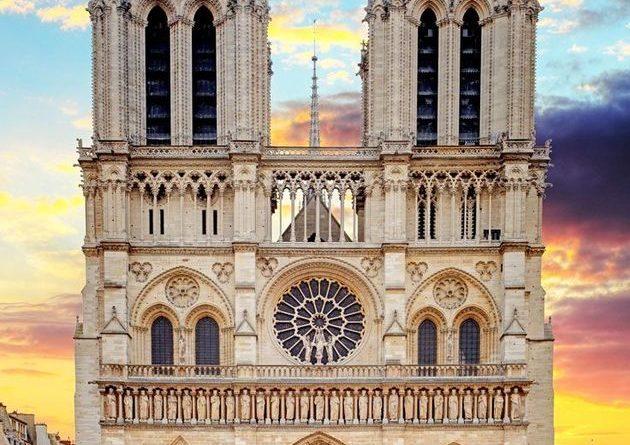 La facciata della Cattedrale Notre-Dame di Parigi