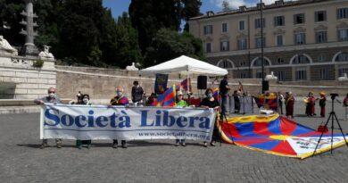 Roma, manifestazione contro la colonizzazione dell'Italia da parte della Cina