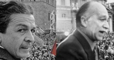 In foto un primo piano di Berlinguer e Almirante