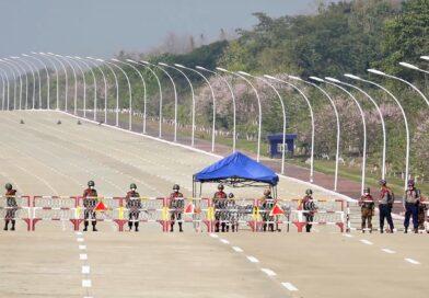 Strada sbarrata da militari